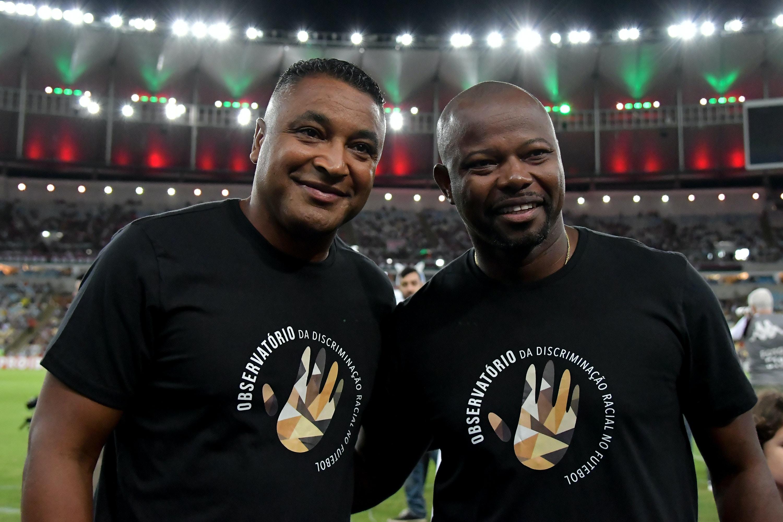 Os técnicos Roger Machado e Marcão usam camisa 'chega de racismo' na partida entre Fluminense e Bahia.