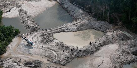 Grupo Especializado de Fiscalização do Ibama desativa garimpos ilegais nos parques nacionais do Jamanxim e do Rio Novo, no Pará, áreas de proteção integral.