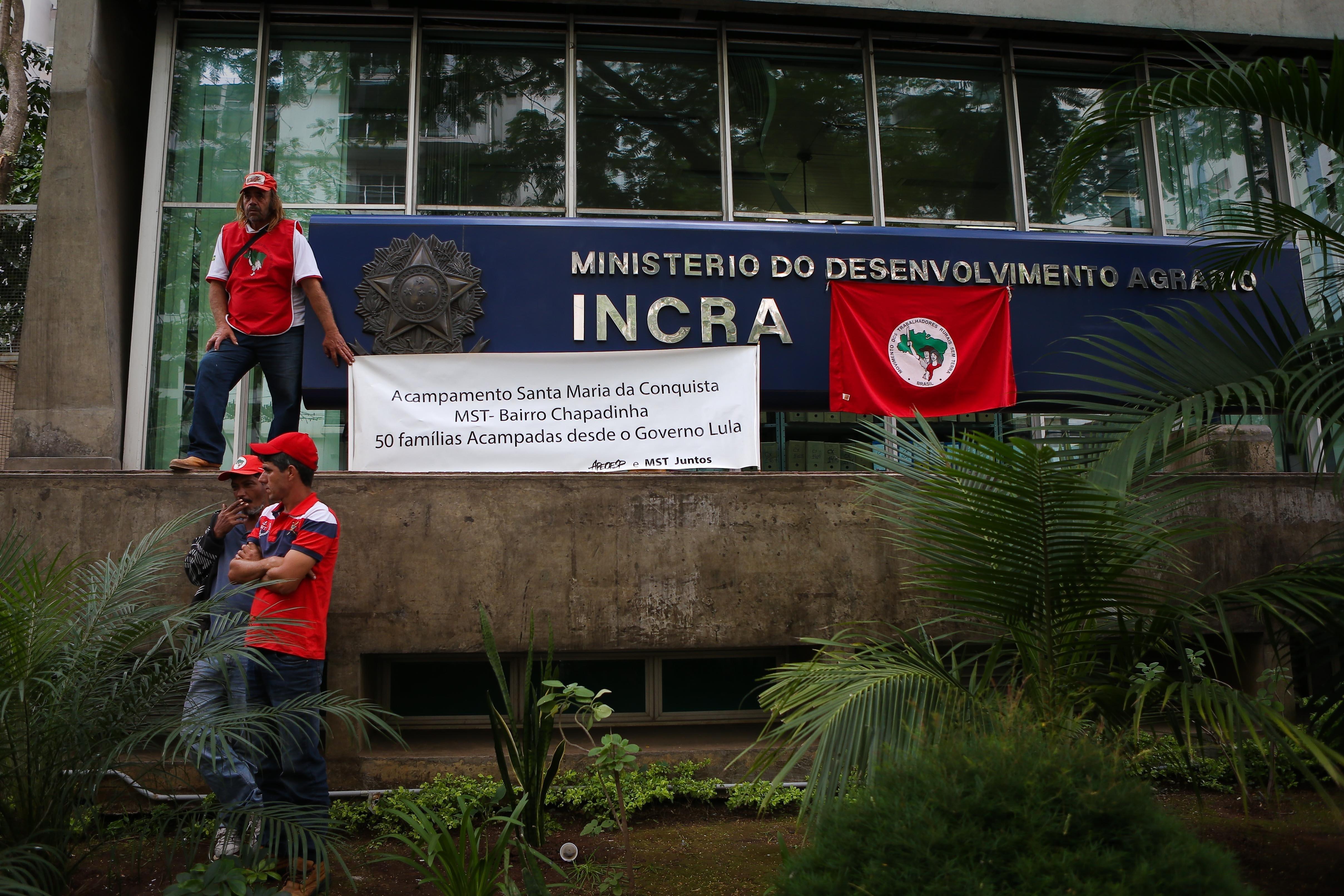 Integrantes do MST (Movimento dos Trabalhadores Rurais Sem Terra) ocupam o prédio do Incra em São Paulo na manhã de 30 de abril de 2015.