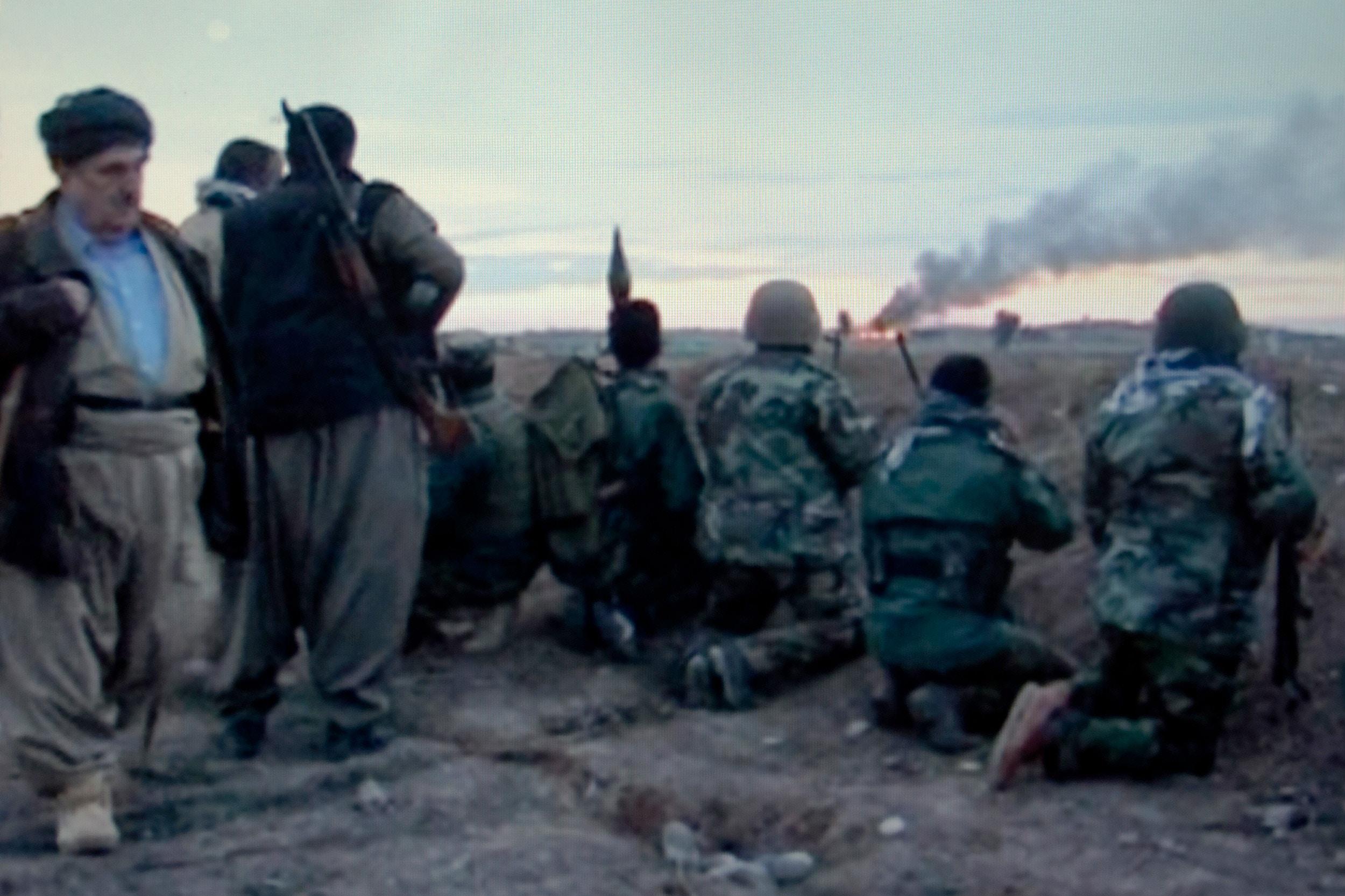 العراق 2014 ، 26 نوفمبر ، على الجبهة بالقرب من كركوك ، حماة حاجي محمود وبشمرغته وآبار النفط المحترقة إراك 2014 لو 26 نوفمبر ، سور لو كروس دي كركوك ، حماة حاجي محمود وآخرون البيشمركة وآخرون.