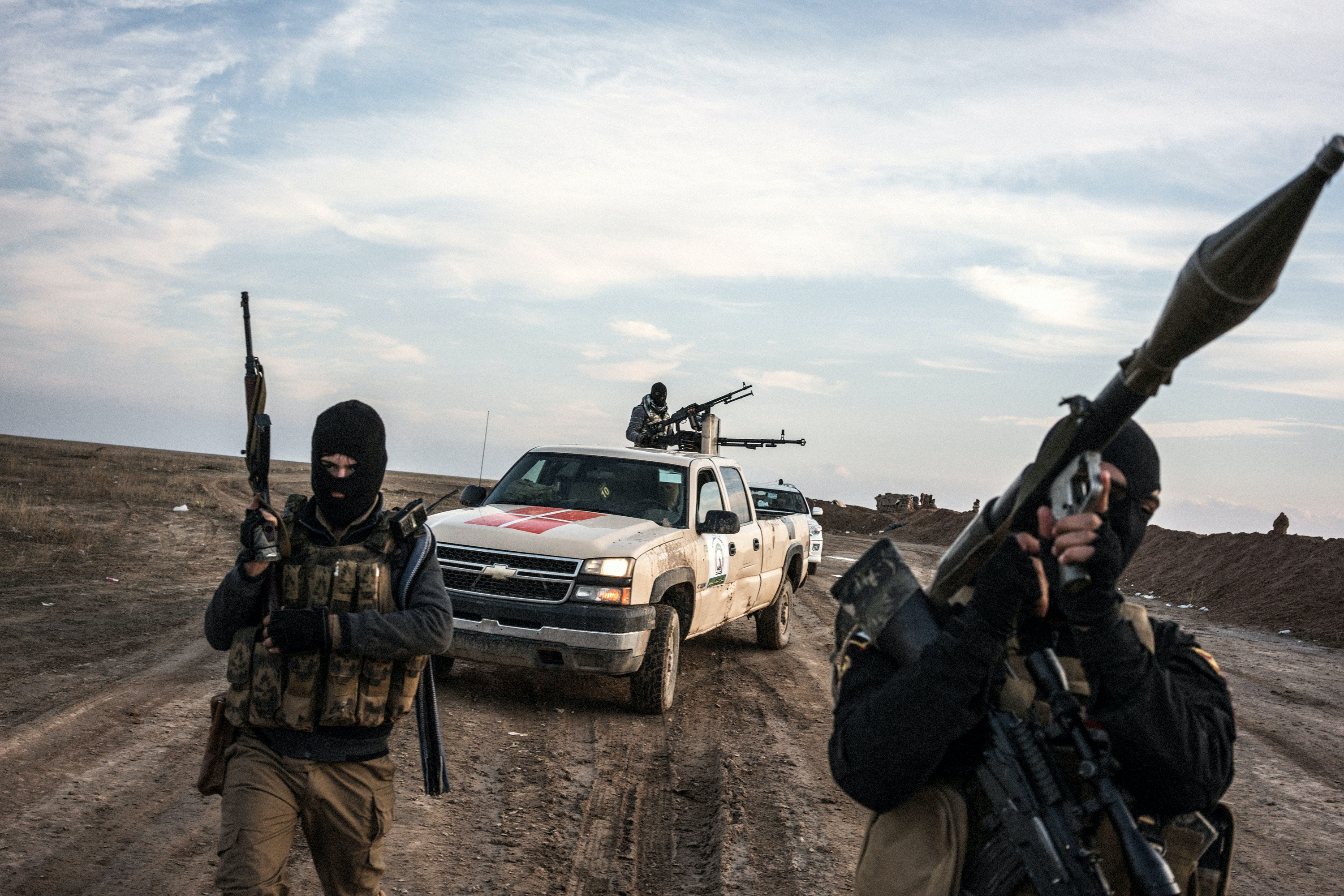 IRAQ. Makhmour. November 19, 2015. Sunni fighters opposing the Islamic State take positions at the front line near the IS-controlled village of Haj Ali in the southern Mosul countryside.