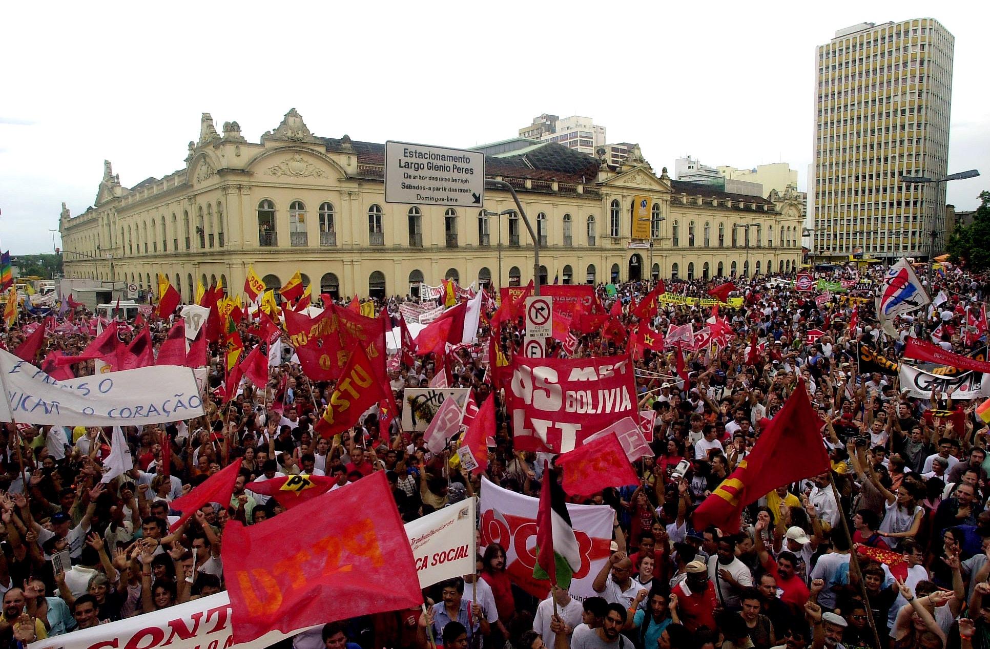 Cerca de 30 mil pessoas se reúnem em Porto Alegre, em 31 de janeiro de 2002, em uma marcha para inaugurar oficialmente o Fórum Social Mundial de cinco dias.