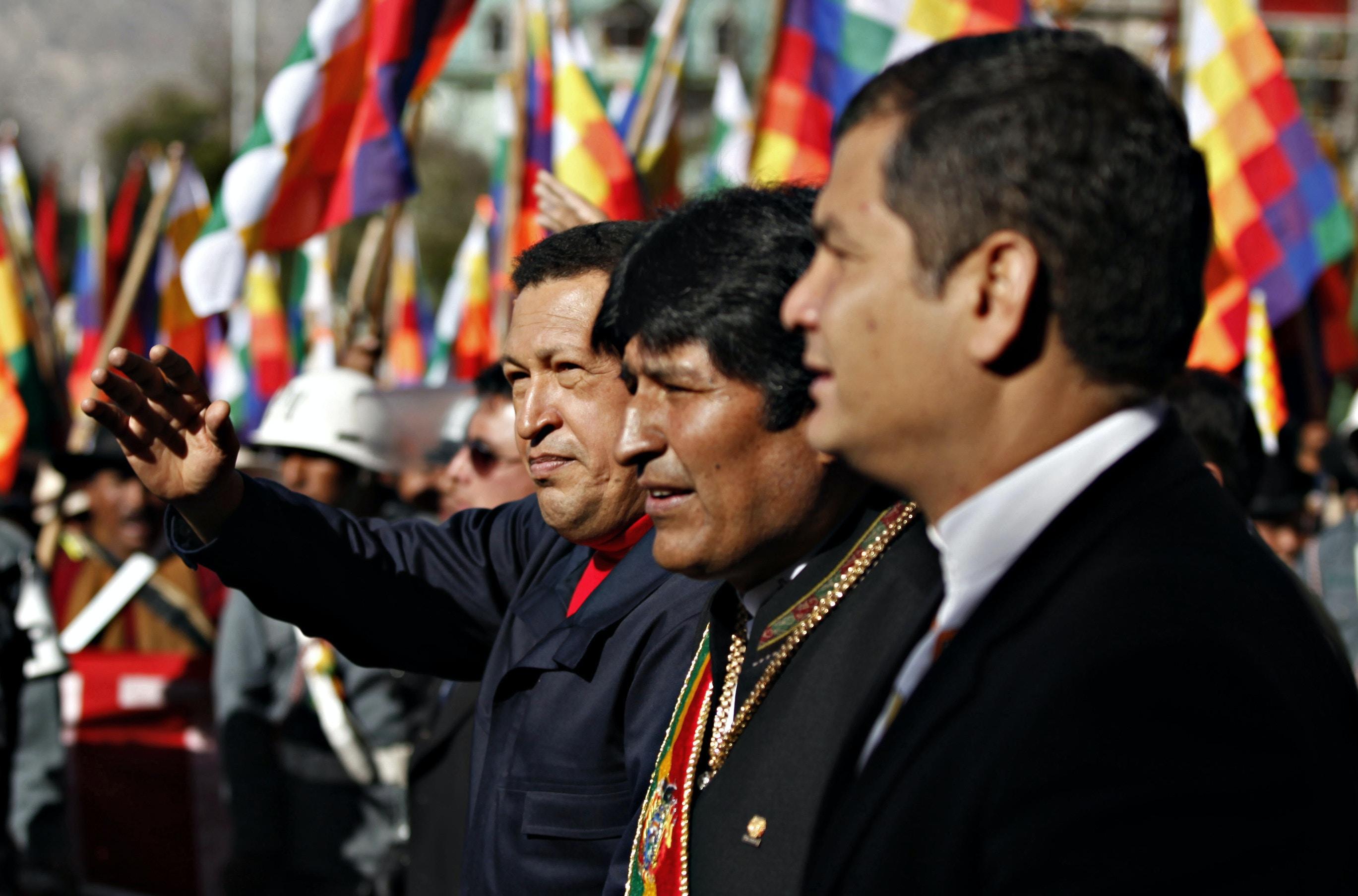Da esquerda para a direita: o presidente da Venezuela, Hugo Chávez, o presidente da Bolívia, Evo Morales, e o presidente do Equador, Rafael Correa, chegam a um desfile militar em comemoração aos 200 anos do início do movimento de independência da Bolívia em La Paz, em 16 de julho de 2009.