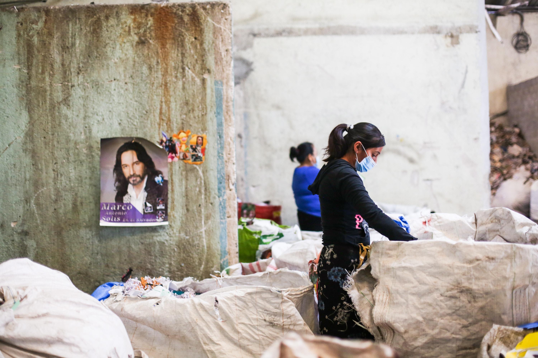 Em 26 de setembro de 2018, trabalhadores separam tipos de papel em uma instalação de recolhimento na Cidade da Guatemala, onde os materiais são separados e organizados antes de serem enviados para reciclagem.