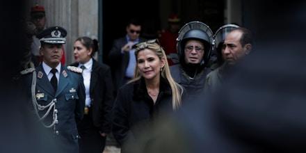 Jeanine Áñez, participa de uma cerimônia com a polícia diante do Palácio Presidencial em La Paz, Bolívia, em 13 de novembro de 2019.