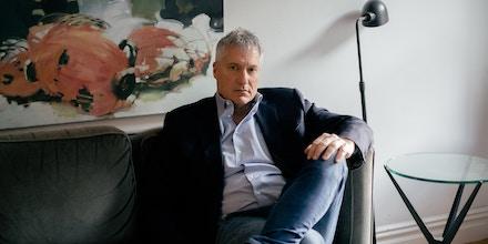 Steven Donziger senta-se para retrato em sua casa em Manhattan, Nova York, onde está em prisão domiciliar.