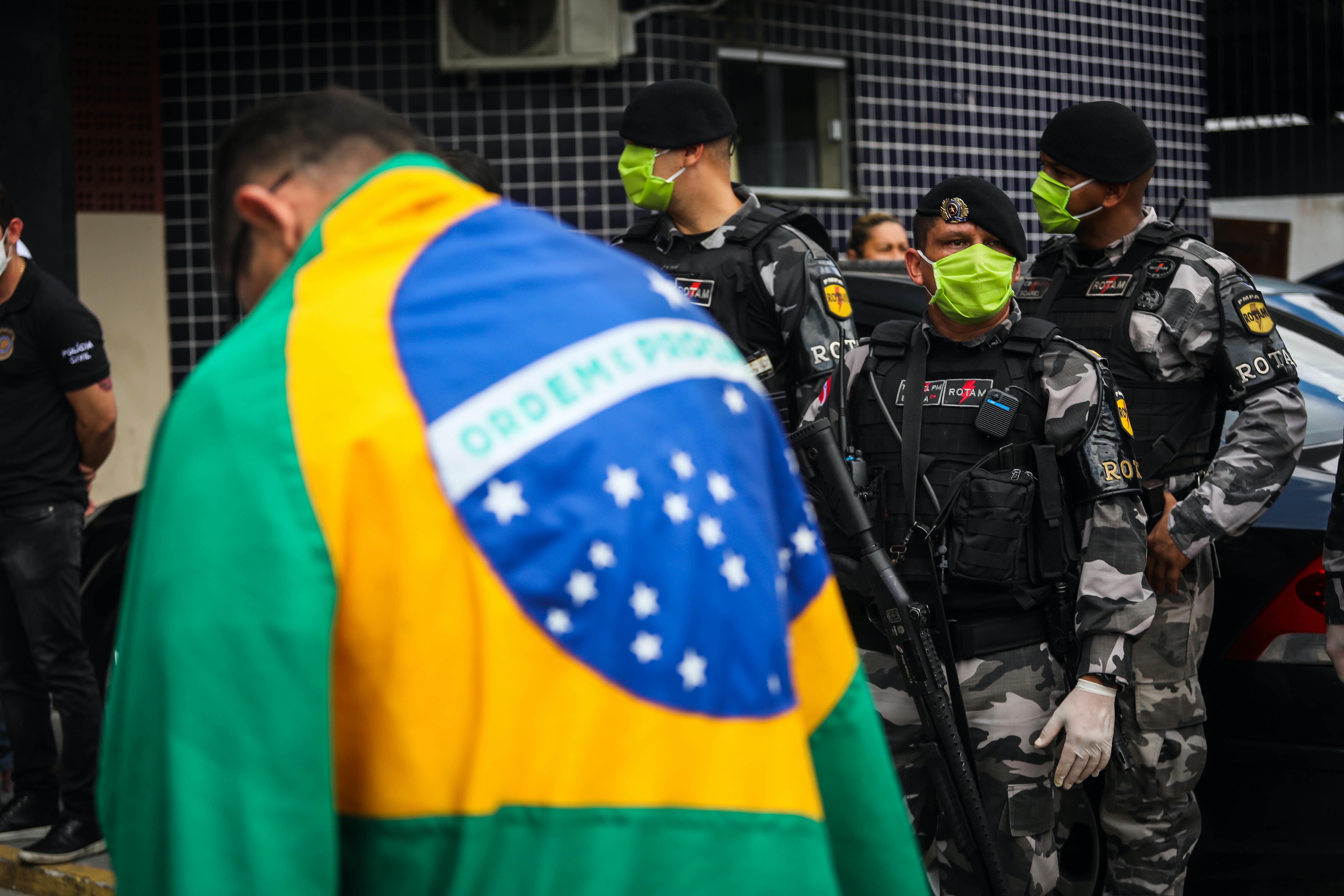 Manifestantes pró-governo descumprem a ordem do governador Hélder Barbalho e promovem carreata em Belém no dia 28/03. Polícia foi acionada para impedir a carreata e manifestantes foram conduzidos para a delegacia.