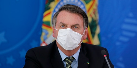 Jair Bolsonaro durante entrevista coletiva nesta quarta-feira: máscaras, só com a boca fechada.