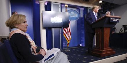 A doutora Deborah Brix, coordenadora da resposta ao coronavírus da Casa Branca, observou enquanto Donald Trump divagava sobre possíveis curas para o covid-19 na quinta-feira.