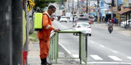 Funcionário da prefeitura desinfeta rua de Manaus. Nenhuma outra cidade do Amazonas, maior estado brasileiro, tem leitos de UTI. Na capital, 95% deles já estão ocupados.