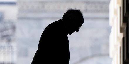 O senador Bernie Sanders chega ao Congresso para votar na emenda de estímulo econômico do coronavírus, em 18 de março de 2020.