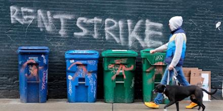 Um pedestre passa por um grafite que diz