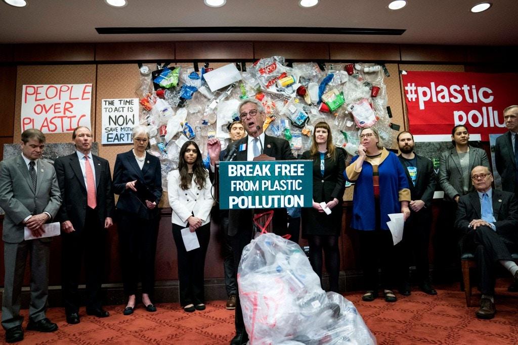 O deputado Alan Lowenthal discursa em uma coletiva de imprensa para a Lei de Libertação de Plástico da Poluição em 11 de fevereiro de 2020, em Washington, DC Legisladores, advogados e cidadãos interessados falaram sobre a crise explosiva da poluição plástica nos Estados Unidos.