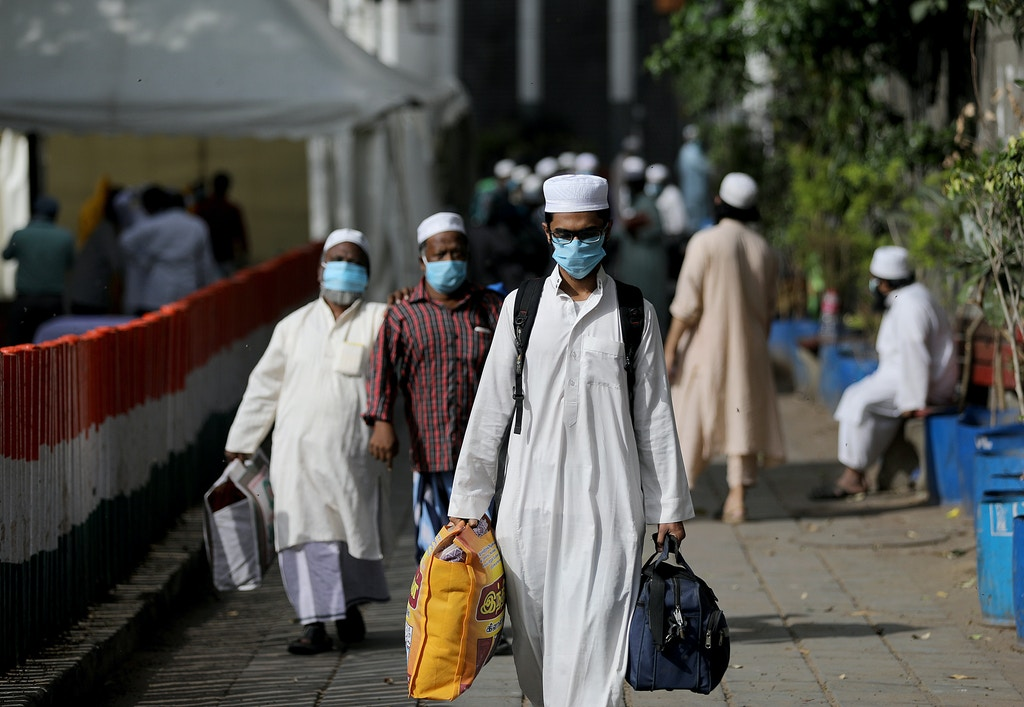 DELHI, INDIA - 2020/03/31: suspected patients of the COVID-19 coronavirus wearing a face mask as a preventive measure, during the cordon and quarantine process.Police has cordoned off the Nizamuddin area that hosted an Islamic congregation and quarantined suspected patients of the COVID-19 coronavirus after several people that attended tested positive for the virus. The new coronavirus causes mild or moderate symptoms for most people, but for some, especially older adults and people with existing health problems, it can cause more severe illness or death. (Photo by Amarjeet Kumar Singh/SOPA Images/LightRocket via Getty Images)