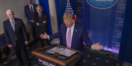 O presidente dos EUA, Donald Trump, ocupa os holofotes em todas as coletivas sobre coronavírus.