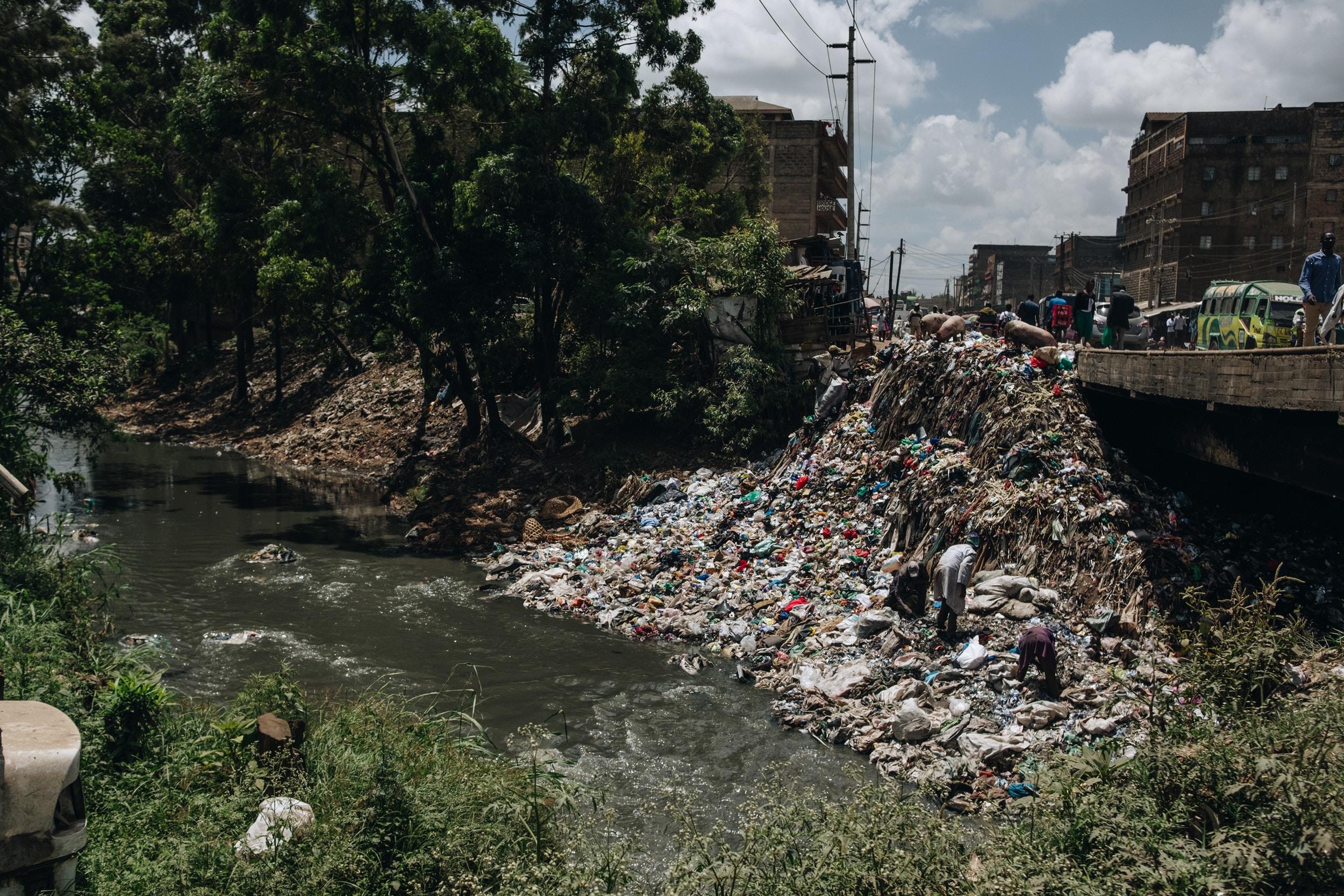 O desperdício de plástico cobre as margens do rio Nairobi em 15 de fevereiro de 2020. Embora o rio esteja poluído, é usado por moradores de assentamentos de baixa renda como fonte de água para a limpeza, banho e irrigação de culturas.