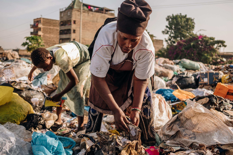 Miriam Nyambura e sua sobrinha de 11 anos, Rosemary, colecionam caixas de papelão, papel e garrafas de plástico descartadas no depósito de Dandora em 29 de fevereiro de 2020. Miriam coleta uma média de 20 kg de lixo por dia.