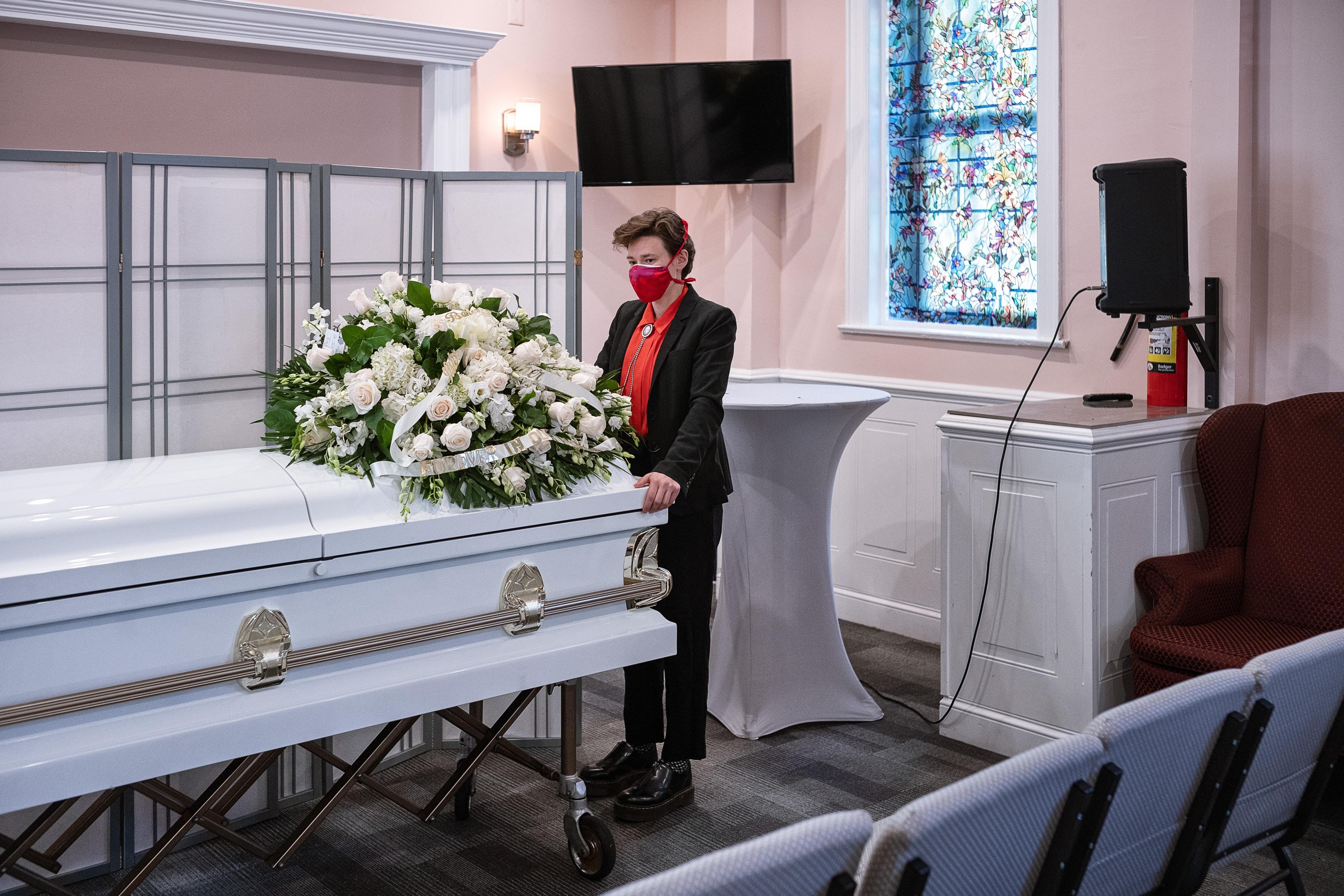 Lily Sage Weinrieb se prepara para transportar um caixão após um velório em 5 de maio de 2020, na cidade de Nova York.