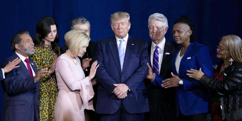 """O presidente dos EUA, Donald Trump, reza durante um evento de lançamento da coalizão """"Evangélicos por Trump"""" em Miami, no dia 3 de janeiro de 2020."""