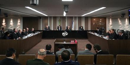 Análise técnica do Tribunal de Contas da União descobriu 'erros grosseiros' em contrato de mais de R$ 5 bilhões para a compra de blindados. É um prejuízo que não pode ser recuperado. Mas os ministros caminham para por panos quentes na história.