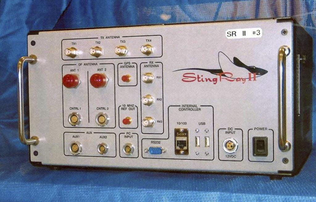 ARCHIVO: esta foto de archivo sin fecha proporcionada por la Oficina de Patentes y Marcas de EE. UU. Muestra el StingRay II, un simulador de sitio celular utilizado para fines de vigilancia fabricado por Harris Corporation, de Melbourne, Florida. Los departamentos de policía de todo el país utilizan tecnología desarrollada por militares que puede rastrear derribar sospechosos mediante el uso de las señales emitidas por sus teléfonos celulares.  Los grupos de libertades civiles plantean cada vez más objeciones a los dispositivos del tamaño de una maleta conocidos como StingRays que pueden barrer datos de teléfonos celulares de un vecindario entero.  (Oficina de Patentes y Marcas de EE. UU. A través de AP, archivo)
