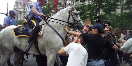 Manifestantes tentam conter o avanço dos cavalos de policiais durante a Convenção Nacional do Partido Republicano na Filadélfia, em 1º de agosto de 2000.