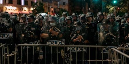 Policiais de Nova York bloqueiam a saída da Ponte de Manhattan para impedir a passagem do Brooklyn para Manhattan de centenas de manifestantes contra a violência policial e o racismo sistêmico, horas depois da entrada em vigor de um toque de recolher na cidade de Nova York em 2 de junho.