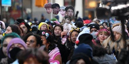Fãs à espera da boy band de k-pop BTS no Today Show, no Rockefeller Plaza, em 21 de fevereiro de 2020, na cidade de Nova York.