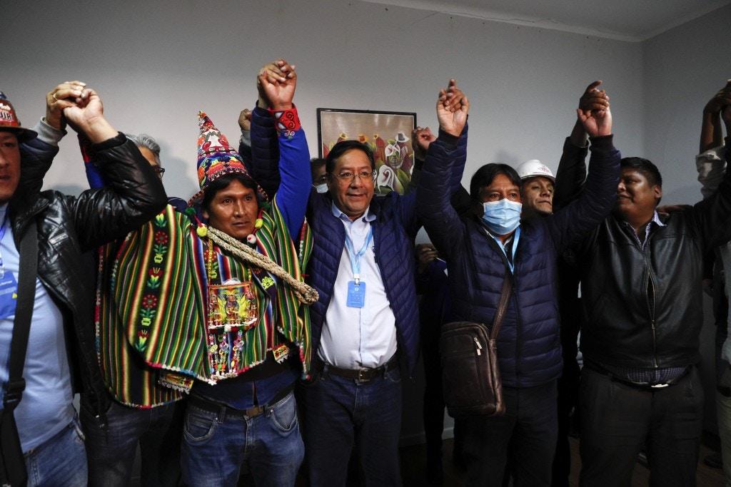 Luis Arce, centro, candidato a presidente do Movimento ao Socialismo, MAS, e seu vice David Choquehuanca, segundo à direita, comemoram a vitória nas eleições gerais durante uma entrevista coletiva em La Paz, Bolívia, nesta segunda-feira, 19 de outubro.