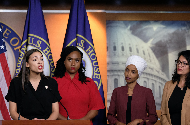 As congressistas dos EUA Alexandria Ocasio-Cortez, Ayanna Pressley, Ilhan Omar e Rashida Tlaib falam durante coletiva de imprensa no Capitólio, em 15 de julho de 2019, em Washington, D.C.