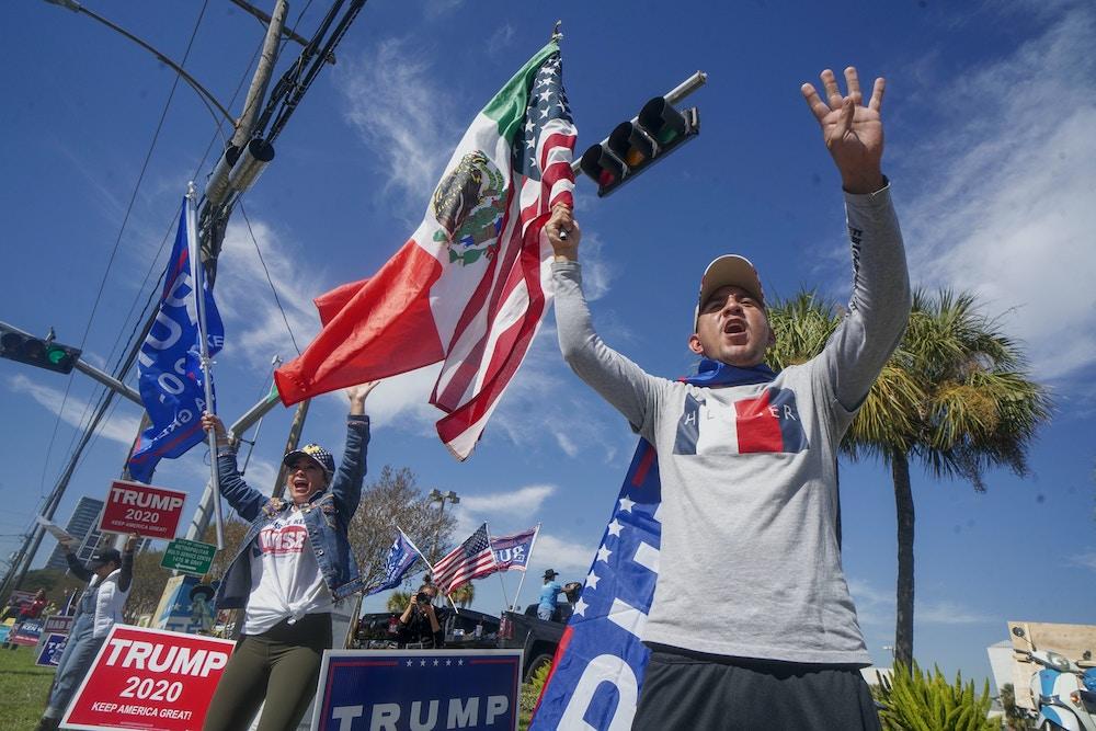 HOUSTON, TX - 3 DE NOVIEMBRE: Partidarios del presidente Donald Trump durante un mitin en West Gray Street el 3 de noviembre de 2020 en Houston, Texas.  Después de una participación récord en la votación anticipada, los estadounidenses se dirigen a las urnas el último día para emitir su voto por el actual presidente de los Estados Unidos, Donald Trump, o por el nominado demócrata Joe Biden, en las elecciones presidenciales de 2020.  (Foto de Sandy Huffaker / Getty Images)