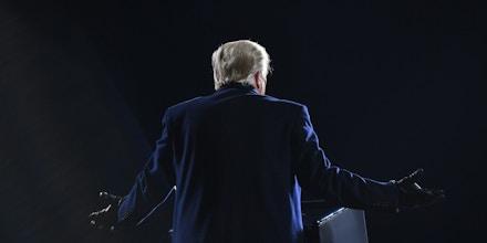 Donald Trump gesticular durante uma fala em comício no Aeroporto Regional Williamsport, em Montoursville, na Pensilvânia, em 31 de outubro de 2020.