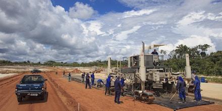A reforma da pista de 2 quilômetros do aeroporto militar de Iauaretê, na fronteira do Brasil com a Colômbia, se arrasta desde 2005. A brita para a obra? Vem de uma mina em terra indígena que nem deveria existir.
