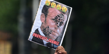 KOLKATA, INDIA - OCTOBER 31: Muslim activists hold placards and raise slogans against French President Emmanuel Macron during a protest demanding an apology from Macron over his refusal to condemn the creation and publication of caricatures of the Prophet Muhammad, outside French Consulate, on October 31, 2020 in Kolkata, India. (Photo by Samir Jana/Hindustan Times via Getty Images)