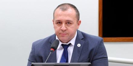 Abertamente alinhado a Bolsonaro, o ginecologista Raphael Câmara acumula cargos no Conselho Federal de Medicina, um órgão autônomo, e no Ministério da Saúde.