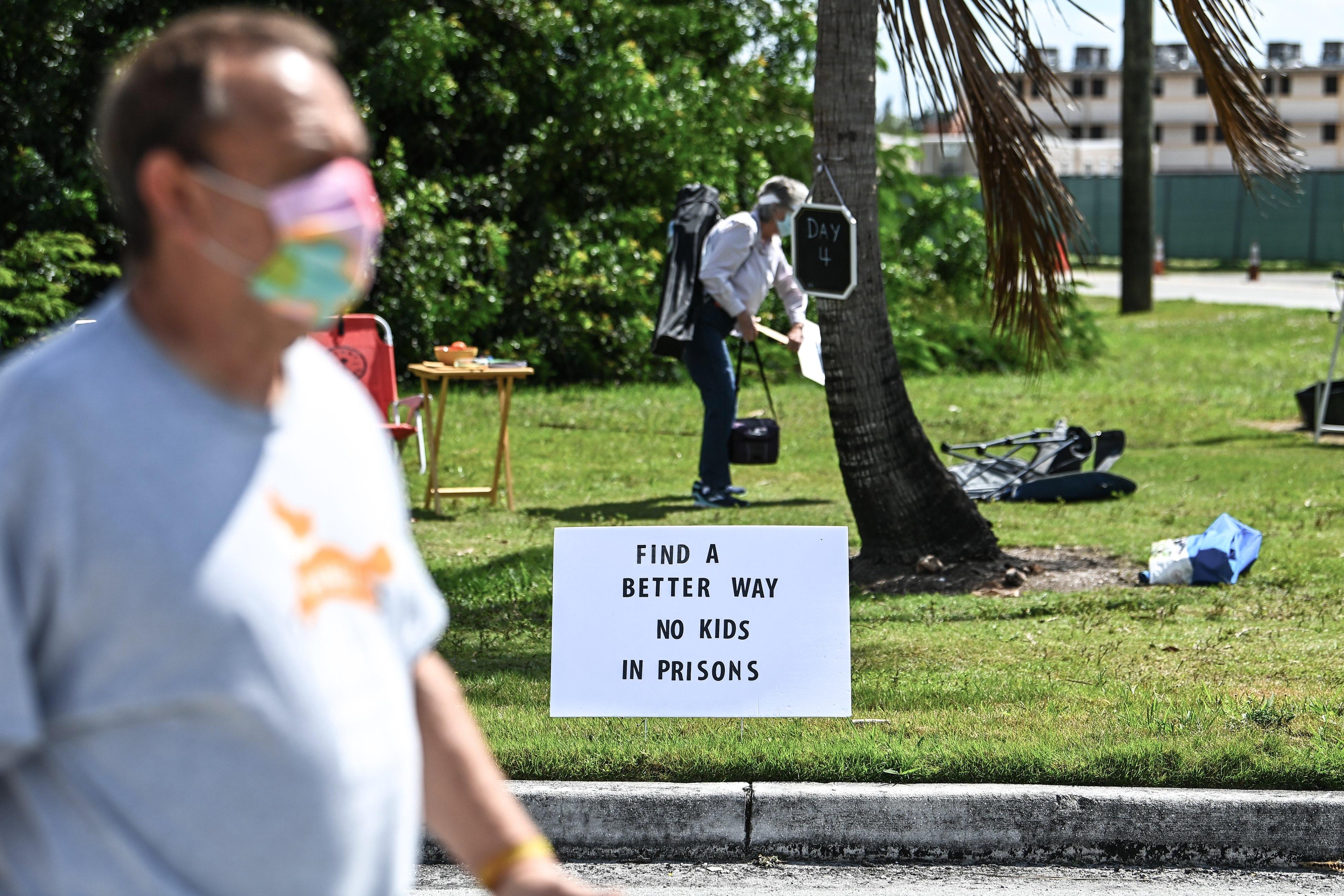 Los manifestantes protestan alrededor del Centro de Detención de Homestead, exigiendo el cierre del centro, el fin de la deportación de inmigrantes y la detención de niños inmigrantes el 4 de marzo de 2021, en Homestead, Florida.  (Foto de CHANDAN KHANNA / AFP) (Foto de CHANDAN KHANNA / AFP a través de Getty Images)