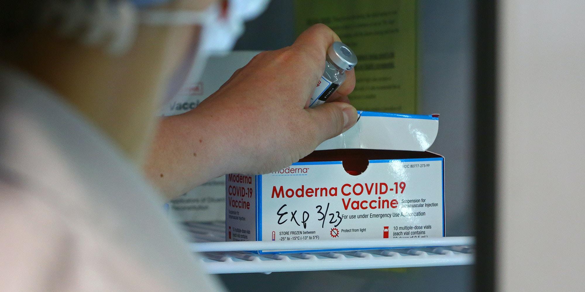 El médico devuelve una dosis de la vacuna Moderna COVID-19 a un refrigerador en Central Falls, RI, el 1 de marzo de 2021.