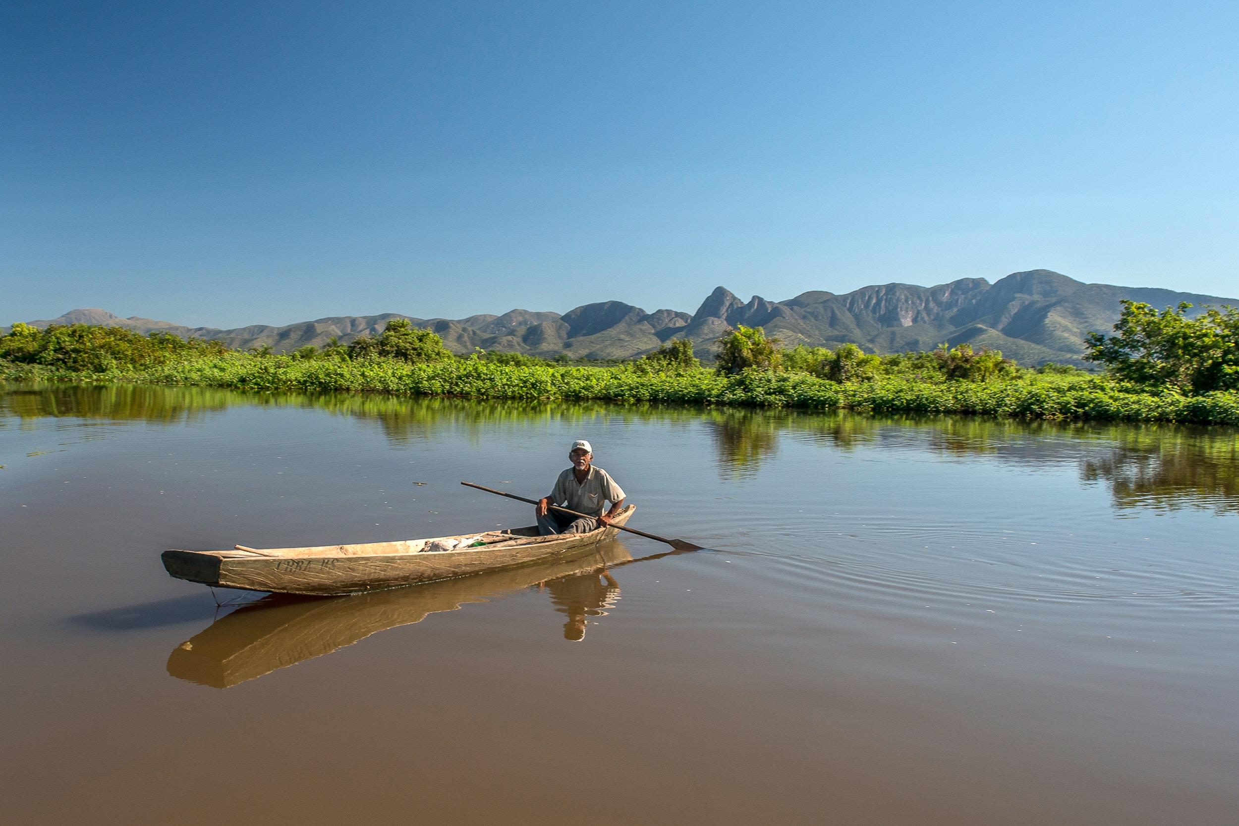 Assunto: Vista da Serra do Amolar no Rio Paraguai- Parque Nacional do Pantanal MatogrossenseInformação Adicional: Serra do Amolar é uma formação rochosa localizada na planície pantaneira, na fronteira do Brasil com a Bolívia. Local: Poconé - MTData: 07/2014Autor: André Dib