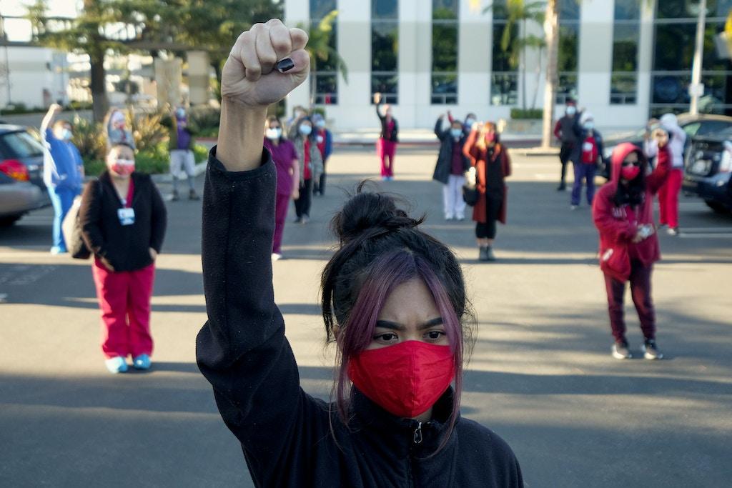 TOPSHOT-看護師は、2021年1月2日にカリフォルニア州アルカディアで、南カリフォルニアのメソジスト病院が「RNから患者への安全な人員配置基準を回避する」とされる州の免除を使用したことに抗議する社会的に遠いサイレントイベントに参加します。 RINGO CHIU / AFPによる写真)(GettyImages経由のRINGOCHIU / AFPによる写真)