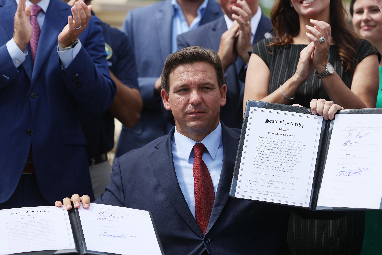 フロリダ州マイアミ-6月7日:フロリダ州知事ロン・デサンティスは、2021年6月7日にフロリダ州マイアミで開催されたフロリダ州警備隊ロバートA.バラードアーモリーで署名した2つの法案を提出しました。 知事は、中国のような政府からのフロリダでの外国の影響と企業スパイと戦うための法案に署名しました。 (Joe Raedle / GettyImagesによる写真)
