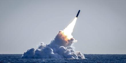 Um míssil desarmado Trident II D5 é lançado do submarino de mísseis balísticos da classe Ohio, USS Nebraska, na costa da Califórnia, em 26 de março de 2008.