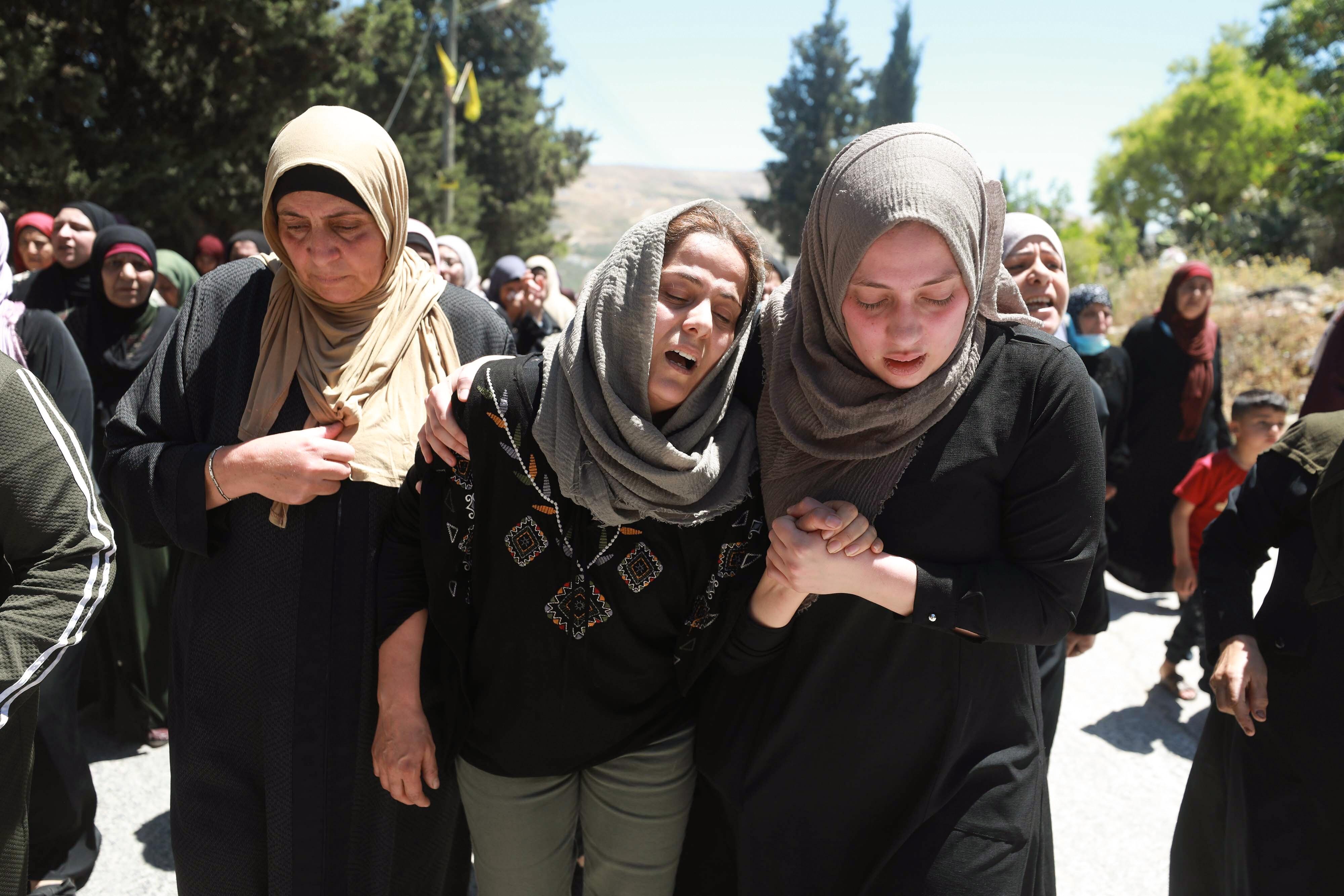 NABLUS, BANCO OESTE - 15 DE MAYO: Personas asisten a un funeral celebrado por el palestino Husam Asayra, de 20 años, muerto en una manifestación en Cisjordania contra los ataques israelíes cuando las fuerzas israelíes se enfrentaron con los manifestantes para dispersar sus manifestaciones, en Nablus, Cisjordania el 15 de mayo de 2021 (Foto de Issam Rimawi / Agencia Anadolu a través de Getty Images)