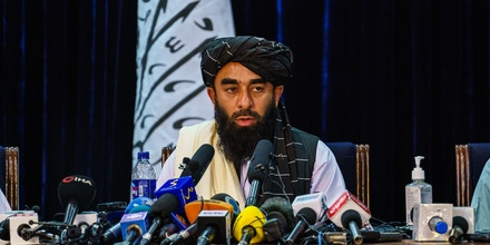 KABUL, AFGHANISTAN -- AUGUST 17, 2021: Zabihullah Mujahid, the Taliban spokesman for nearly 2 decades who worked in the shadows, makes his first-ever public appearance to address concerns about the Taliban' reputation with women's education, appearance and rights, television music and executions, during a press conference in Kabul, Afghanistan, Tuesday, Aug. 17, 2021. (MARCUS YAM / LOS ANGELES TIMES)