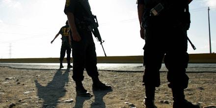 NUEVO LAREDO, MEXICO:  Miembros de la Policia Estatal participan de un operativo de seguridad en una da las carreteras que llevan al puente internacional con Estados Unidos, en Nuevo Laredo, noreste de la capital mexicana, el 17 de junio de 2005. En este operativo, denominado