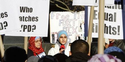 Lejla Duka, cujo pai e dois tios foram apontados como integrantes do suposto grupo terrorista Fort Dix Five, protesta contra a vigilância de comunidades muçulmanas realizada pelo Departamento de Polícia de Nova York, em 18 de novembro de 2011.