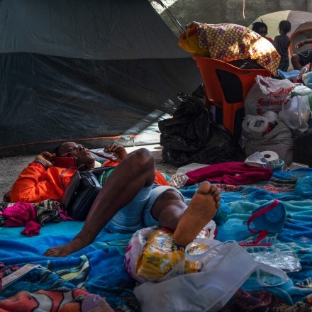 Migrants, mostly Haitians, pass their time at a shelter in Acuña, Mexico on Sept. 25, 2021. Verónica G. Cárdenas for The Intercept