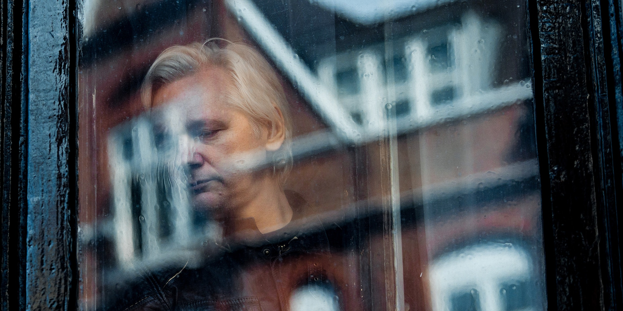 LONDON, ENGLAND - MAY 19: Julian Assange steps out to speak to the media from the balcony of the Embassy Of Ecuador on May 19, 2017 in London, England.  Julian Assange, founder of the Wikileaks website that published US Government secrets, has been wanted in Sweden on charges of rape since 2012.  He sought asylum in the Ecuadorian Embassy in London and today police have said he will still face arrest if he leaves. (Photo by Jack Taylor/Getty Images)